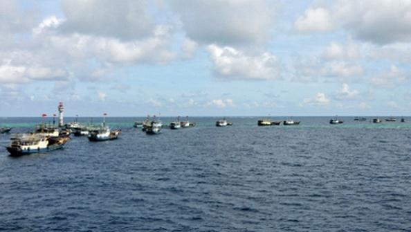 Ðoàn tàu đánh cá của tỉnh đảo Hải Nam được xua xuống chạy biểu diễn ở khu vực Trường Sa hồi tháng 7 năm 2012, quanh bãi đá ngầm Chử Bích (Shubi) cướp của Việt Nam năm 1988. (Hình: AP photo)