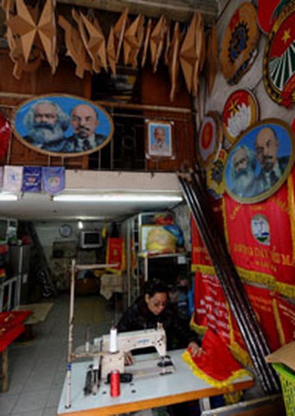 Một cửa hàng bán các sản phẩm tuyên truyền cho chủ nghĩa Mác - Lê tại Hà Nội. Ảnh chụp 1/2/2012. AFP photo