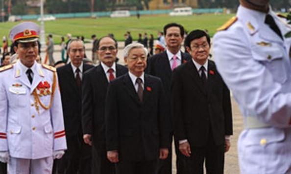 AFP photoTBT Nguyễn Phú Trọng, Chủ Tịch nước Trương Tấn Sang, Chủ tịch Quốc hội Nguyễn Sinh Hùng và Thủ tướng Nguyễn Tấn Dũng đi về phía lăng Chủ tịch Hồ Chí Minh trước khi khai mạc phiên họp hàng năm của Quốc hội hôm 22 tháng 10 năm 2012.