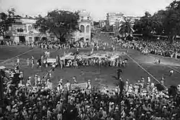 Sáng ngày 19 tháng 8-1945. Toàn dân hưởng ứng tham dựbiểu tình trên 60.000 người, chương trình diễn hành qua khắp phố phường Hà Nội. Nguồn: THX.