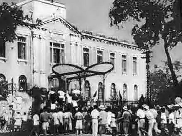 Trưa ngày 19-8-1945. Tình báo CS Trung Quốc hướng dẫnhơn 100 thành viên của Tổng đoàn công chức Hà Nội, tách rời cuộc biểu tình tiến về hướng Bắc Bộ Phủ, trèo qua hàng rào sắt, vào trong chiếm làm trụ sở của chính phủ Trần Trọng Kim và họ trương cờ CS Việt Nam. Nguồn: Hoa Nam. Nguồn: THX.
