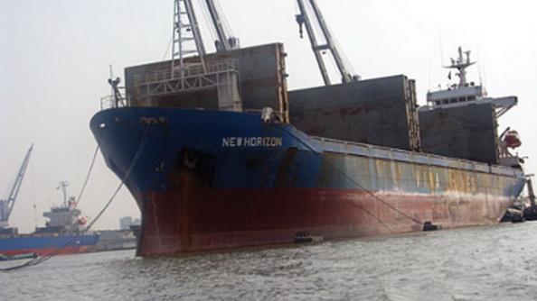 Tàu New Horizon đang neo tại cảng Karachi, Pakistan. (Hình: Lao Ðộng)