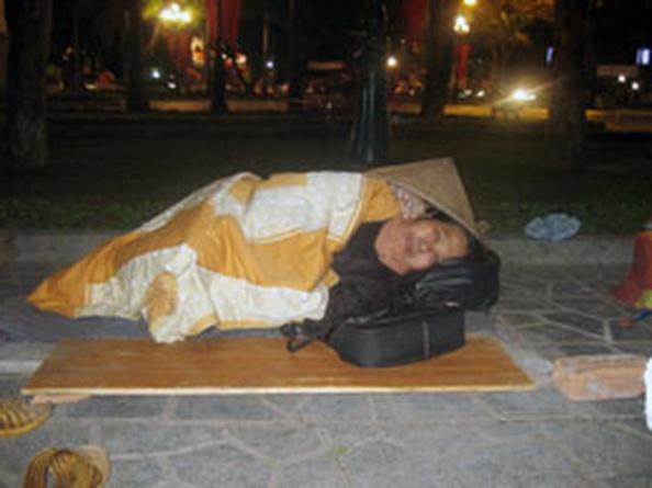 Cảnh màn trời chiếu đất của người dân oan đêm 30 Tết. Blog Nguyentuongthuy