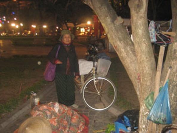 Blog Nguyễn Tường ThuỵĐêm Ba mươi Tết của dân oan ở vườn hoa Lý Tự Trọng (Tết Quý Tỵ, 2013)