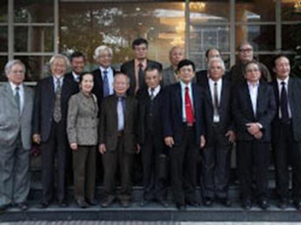 Nhóm đại diện nhân sĩ trí thức khởi xướng kiến nghị 72 và dự thảo sửa đổi Hiến pháp 2013.