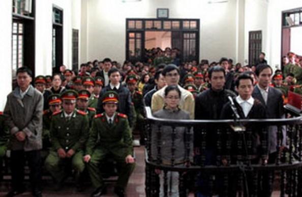 Các thanh niên Công giáo và Tin lành tại phiên xử ở Toà án nhân dân thành phố Vinh, tỉnh Nghệ An ngày 09 tháng 1 năm 2013. AFP
